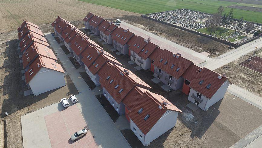Zdjęcia z osiedla we wsi Siedlemin. Mieszkania zbudował TBS w Jarocinie w ramach programu Mieszkanie +