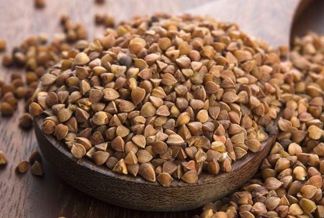 Kasza gryczana jest bogata w błonnik, białko, a także witaminy z grupy B i minerały.