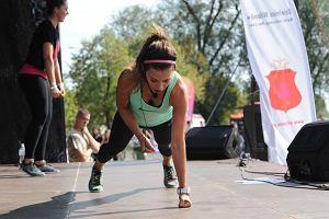 Treningowy strój Anny Lewandowskiej - kolorowe legginsy trenerki w trzech stylizacjach