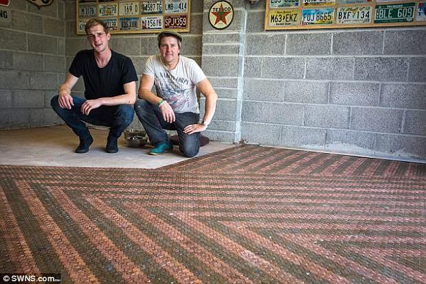 Ojciec z synem wykonali podłogę z  33 tysięcy monet i 32 butelek Coca-Coli. Zobaczcie efekt!