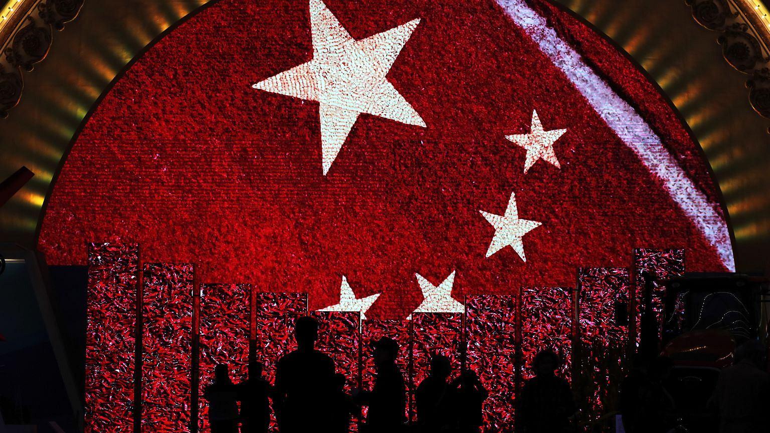 Chińska flaga na wystawie dokumentującej osiągnięcia Chin po pięciu latach rządów Xi Jinpinga
