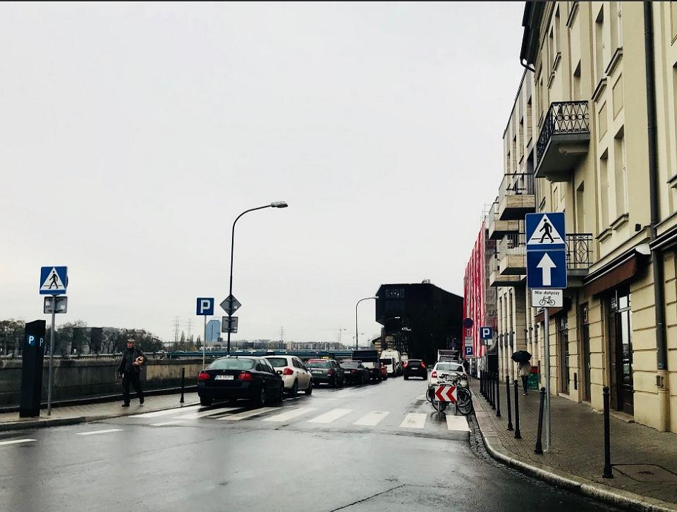 Ulica Nadwiślańska z kontraruchem dla rowerów.