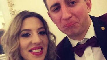 Paweł i Małgosia z 'ROlnika' bawili się na weselu. Sukienka Gosi miała odważny kolor