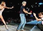 Taylor Swift gra koncert. Nagle na scenie pojawiaj� si�... Joan Baez i Julia Roberts. Najdziwniejsze wydarzy�o si� p�niej