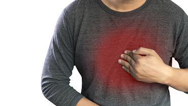 Refluks żołądka, a dokładniej refluks żołądkowo-przełykowy, polega na cofaniu się treści żołądkowej w kierunku przełyku. Wywołuje to wiele nieprzyjemnych dolegliwości, z których najbardziej powszechna jest zgaga.