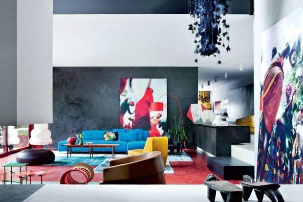 Prostota surowej architektury równoważy przepych form i kolorów. Czarna, zacierana ściana kreuje etniczny klimat, tworząc jednocześnie doskonałe tło barwnych plam mebli i fotografii. W głębi po lewej puf Dew z plecionej czarnej skóry, zaprojektowany przez Nendo.