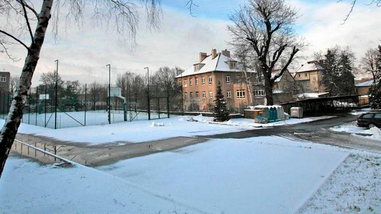 Zimą rura ciepłownicza topi śnieg na szkolnym boisku