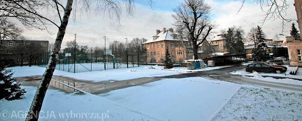 Zim� rura ciep�ownicza topi �nieg na szkolnym boisku