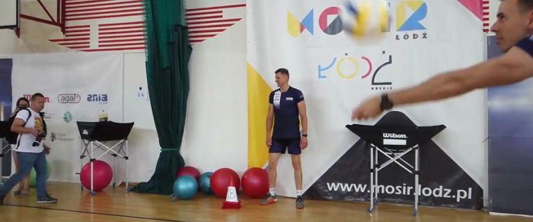 Mariusz Wlazły uczy młodzież grać w siatkówkę