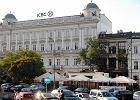 P�nocna cz�� placu Trzech Krzy�y z modnymi lokalami np. Szpilk�. By�y szalet to widoczny z przodu jasny pawilonik, te� siedziba baru