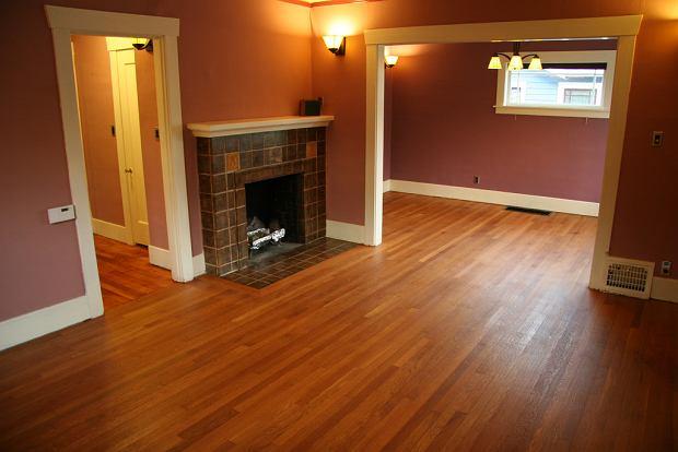 Podłogę warto zabezpieczyć przed obcasami i przesuwaniem krzeseł (Finished Floors 005)