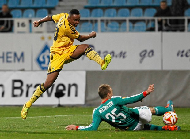 Legia Jakub Rzezniczak, right, challenges for the ball against  Jaja of Metalist  during a Europa League Group L soccer match between Metalist Kharkiv and  Legia Warszawa  at Lobanovskiy stadium in Kiev, Ukraine, Wednesday, Oct. 22, 2014. (AP Photo/Sergei Chuzavkov)