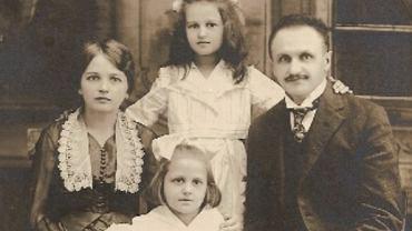 Rodzina Stanisława Jakiela. Od lewej: Eugenia z Kalamarzów Jakielowa, młodsza córka Stefania, starsza córka Halina, Stanisław Jakiel, Chicago 1919 r