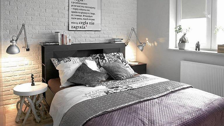Cegły na ścianie za łóżkiem
