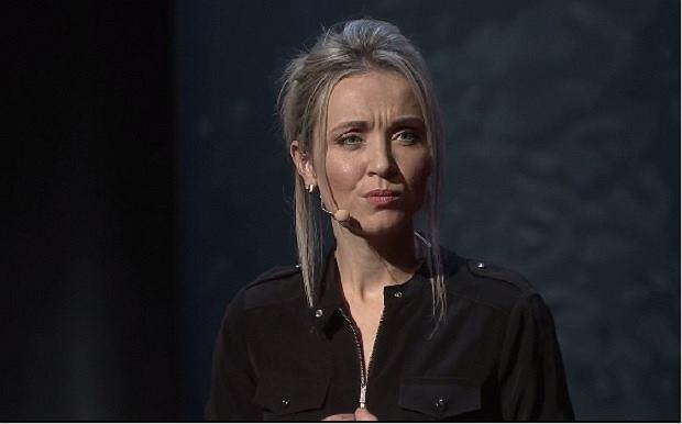 Thordis Elva na wystąpieniu TED Talk w Kapsztadzie