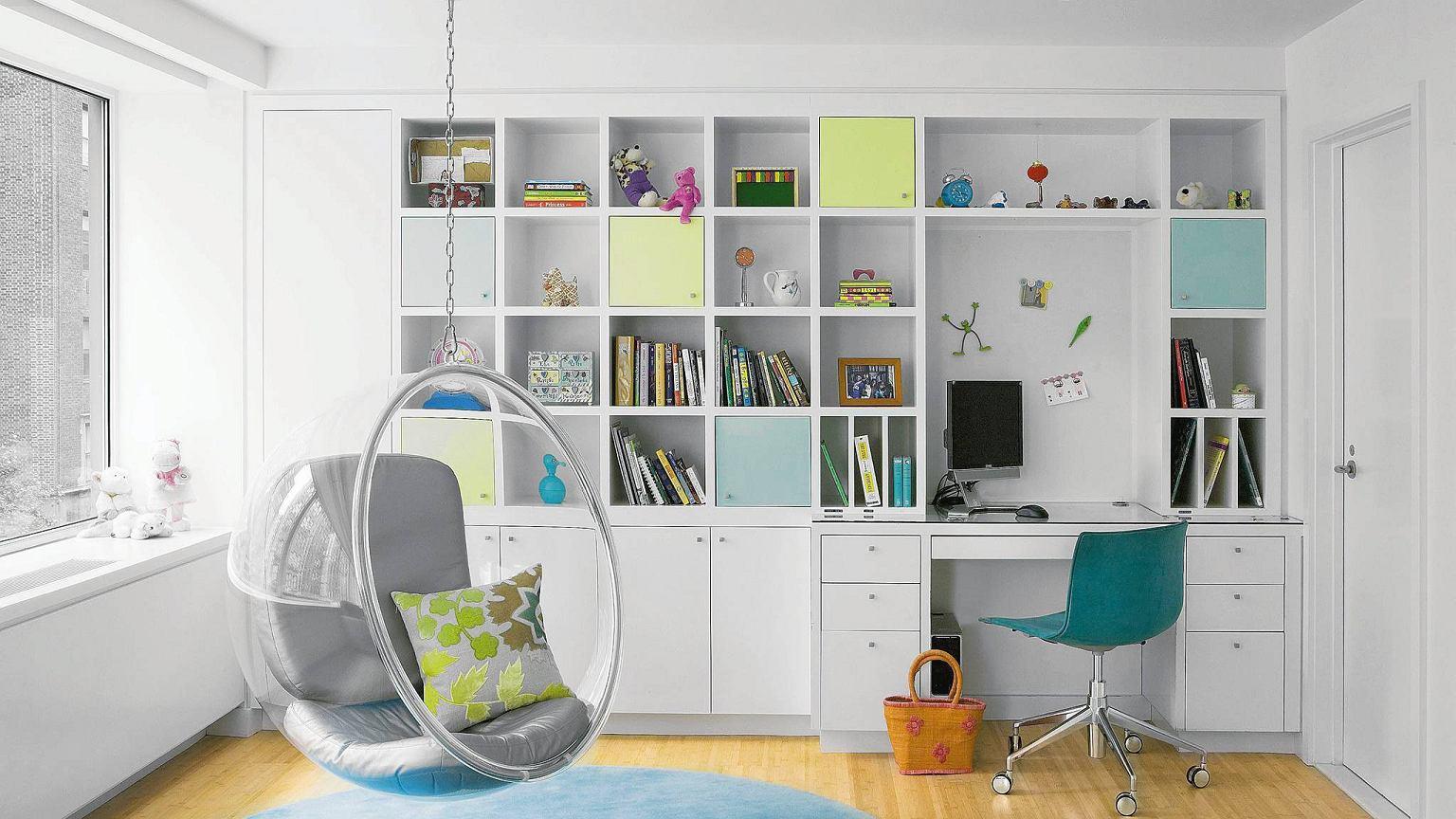 Biurko w pokoju dziennym.
