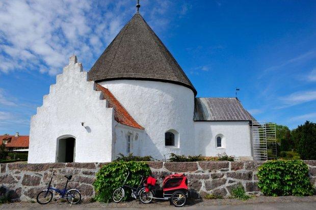 Białe kościoły rotundy są wizytówką Bornholmu / fot. Shutterstock