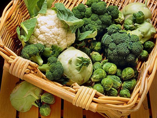 Przy niedoczynności tarczycy uważaj na warzywa kapustne, należą do produktów wolotwórczych, czyli goitrogenów. Pamiętajmy, by warzywa kapustne gotować bez przykrycia. Po gotowaniu następuje spadek goitrogenów o 30 proc. Ważne w diecie są kiszonki warzyw kapustnych, bo one zawierają mniej goitrogenów, tak samo jak mrożonki.