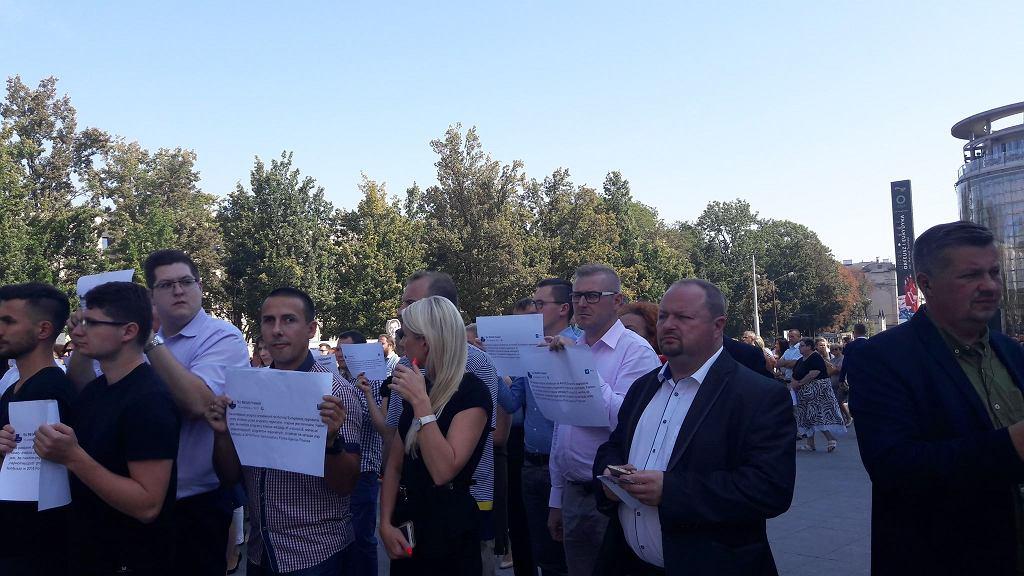 Protest urzędników z Urzędu Marszałkowskiego w Lublinie. Gwizdy i okrzyki 'kłamcy' powitały działaczy PiS
