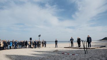 Jarosław Kaczyński rozpoczyna przekop Mierzei Wiślanej. Symbolicznie i kolejny raz. Za kilka dni odbędą się wybory samorządowe. Plaża w Kątach Rybackich, 16 października 2018