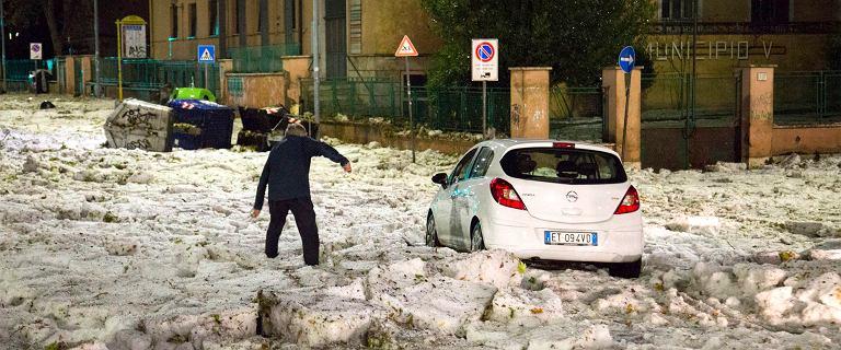 Burza z gradem sparaliżowała Rzym. Samochody utknęły w lodowej krze
