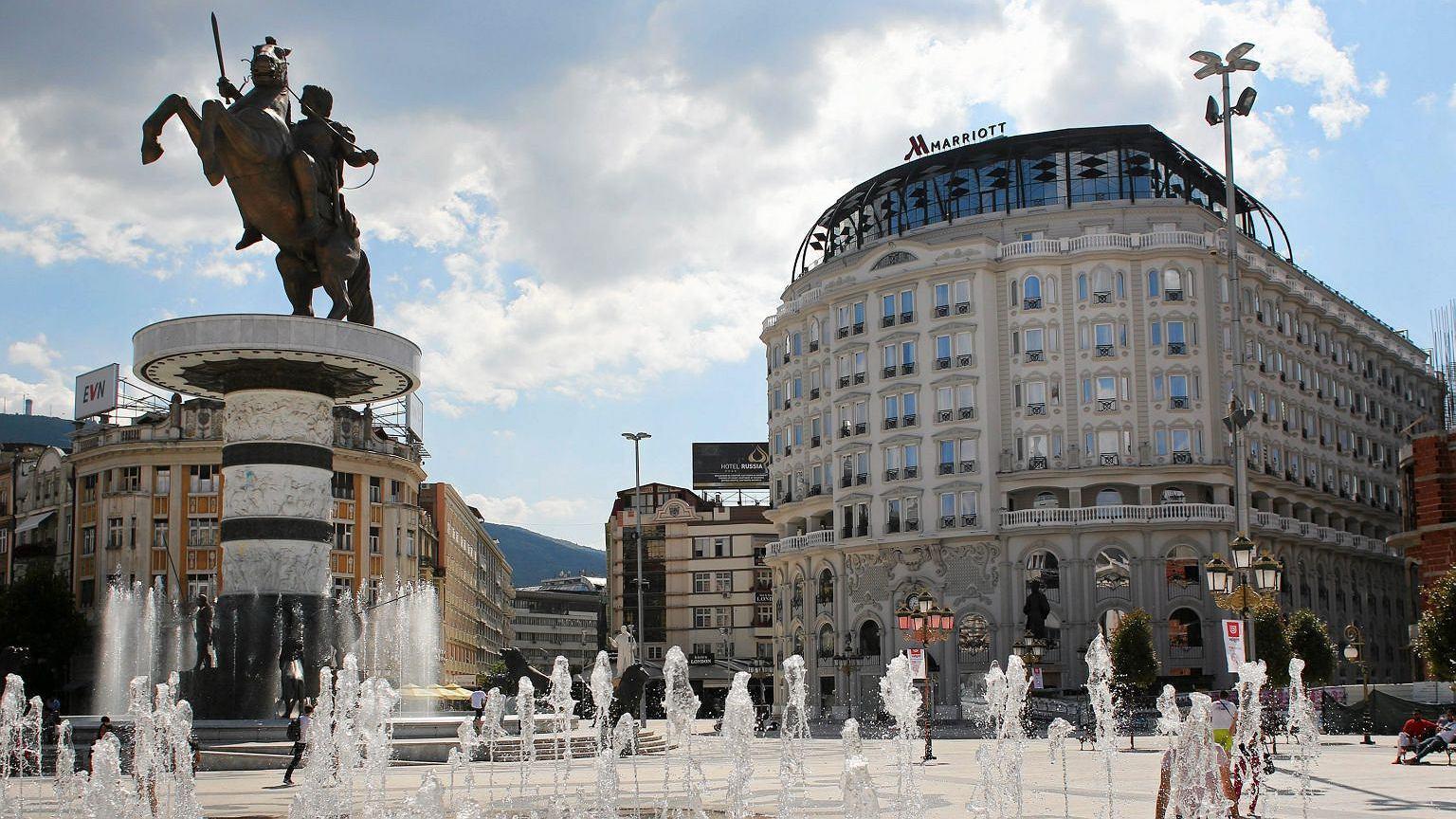 Centrum Skopje po antykizacji w myśl idei czyniącej z dzisiejszych Macedończyków spadkobierców starożytnej greckiej Macedonii