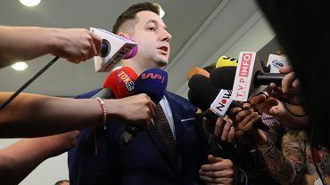 Przewodniczący, wiceminister sprawiedliwości w rządzie PiS Patryk Jaki ( PIS ) udziela wywiadu po posiedzeniu komisji weryfikacyjnej ds. reprywatyzacji. Warszawa, 26 czerwca 2016