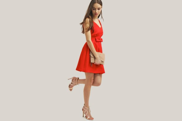 Jakie dodatki pasują do czerwonej sukienki?