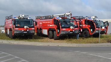 Wozy strażackie stacjonujące na lotnisku Ławica w Poznaniu