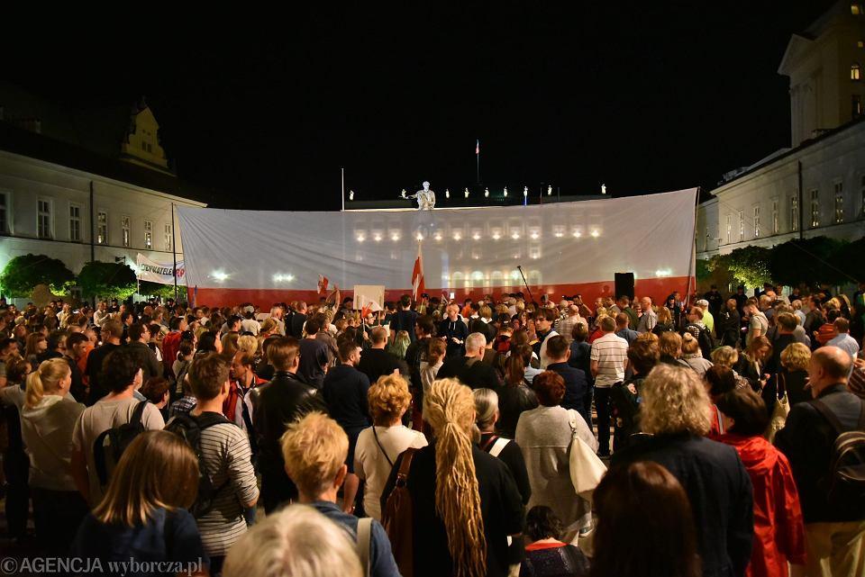 'Łańcuch światła' - protest przeciw pisowskim ustawom ograniczającym niezależność sądownictwa. Warszawa