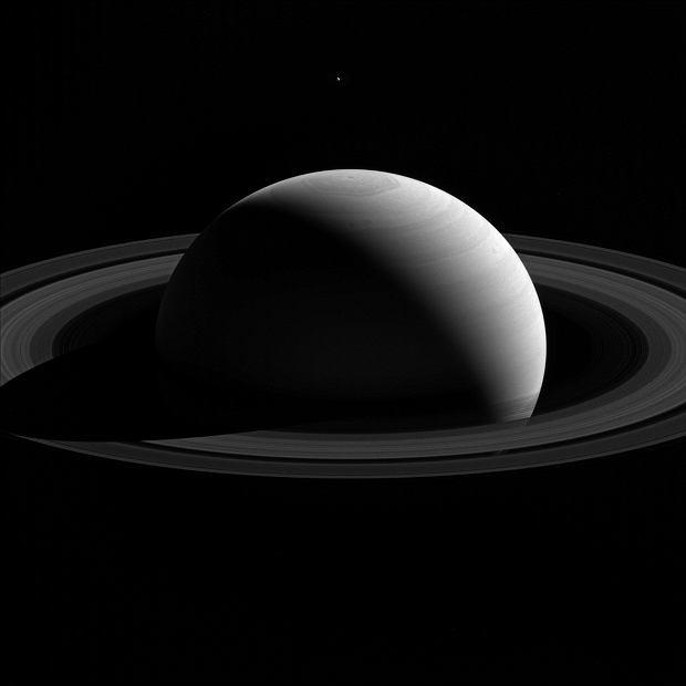 Saturn i jeden z jego księżyców - Tetyda