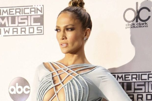 Show host Jennifer Lopez poses backstage during the 2015 American Music Awards in Los Angeles, California November 22, 2015.  REUTERS/David McNew