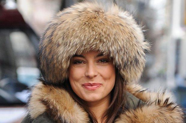 Gdy kilka miesi�cy temu, Mucha pozowa�a na �ciance ze swetrem obszytym naturalnym futrem, Karolina Korwin Piotrowska nazwa�a j� weso�ym g�upkiem. Aktorka nie zamierza jednak zrezygnowa� z noszenia futer. Zobaczcie, jak ostatnio wygl�da�a.