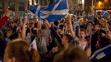 Szkoci czekają na wynik referendum niepodległościowego na George Square w Glasgow. W 2014 r. 55 proc. głosujących opowiedziało się przeciwko rozwodowi z Londynem