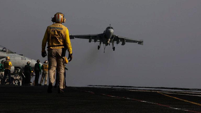 Samolot pokładowy EA-6B wraca z misji nad Irakiem i ląduje na lotniskowcu USS George H.W. Bush