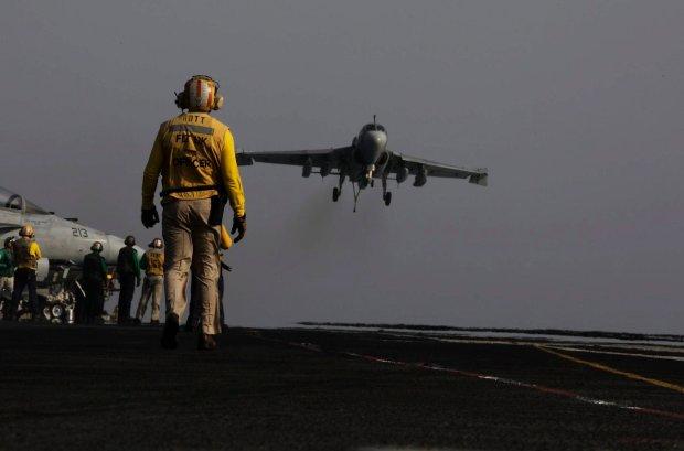 Samolot pok�adowy EA-6B wraca z misji nad Irakiem i l�duje na lotniskowcu USS George H.W. Bush