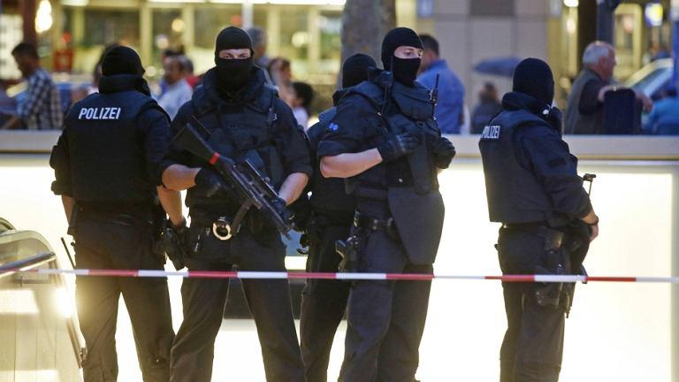 Siły specjalne policji przed centrum handlowym  Monachium, gdzie doszło do strzelaniny