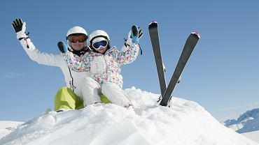 Nauka jazdy na nartach to doskonały pomysł na ferie zimowe. Warto się do tego dobrze przygotować, aby szusowanie na stoku było bezpieczne.