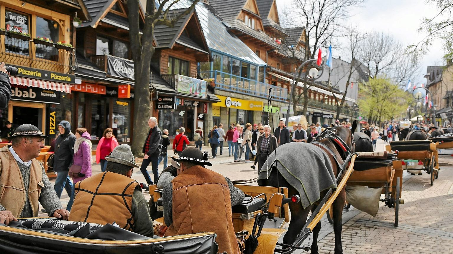 W sezonie Krupówki są pełne turystów