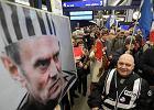 Przeciwnicy i sympatycy Donalda Tuska czekają na dworcu na przyjazd przewodniczącego Rady Europejskiej