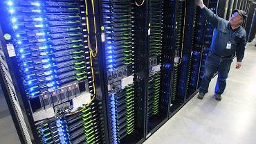 Jedna z serwerowni Facebooka w Prineville w stanie Oregon, na których trzyma on dane, w tym zdjęcia, użytkowników z całego świata. Aby zapewnić stabilność portalu i serwerów, już w 2013 roku urzędnicy z Prineville musieli wspólnie z Facebookiem zapewnić dodatkowe dostawy energii elektrycznej.