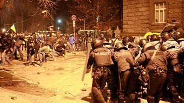 Starcia z milicją w czasie niedzielnych demonstracji w Kijowie. Demonstranci atakują milicję kamieniami