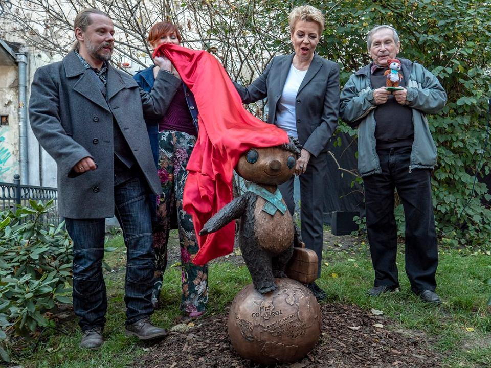 Zdjęcie numer 1 w galerii - Nowy pomnik na bajkowym szlaku w Łodzi. Odsłonięto rzeźbę Misia Colargola