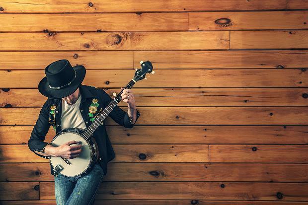 Mieszanie się gatunków lub tworzenie nowych form swojej muzycznej indywidualności, to chleb powszedni w dzisiejszych czasach. Impresja emocji w muzyce, wpływa nie tylko na warstwę liryczną piosenek, ale także na ich kształt instrumentalny. Muzyka alternatywna, która często oderwana jest od popularnego nurtu, ma jednak wielką rzeszę zwolenników, szukających czegoś więcej niż banalnego aranżu, czy pospolitej formy kawałka.