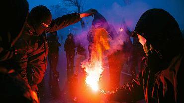 Nacjonaliści palą flagę Ukrainy podczas Wielkiego Marszu Patriotycznego w Święto Niepodległości w Warszawie