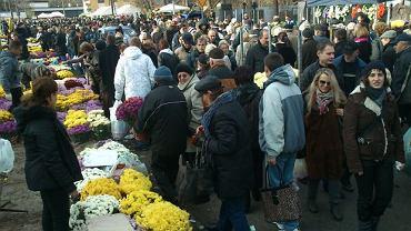 Zapchane chodniki przy Cmentarzu Bródnowskim