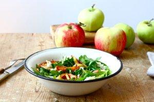 Jedzenie na czasie. Sałatka z letnimi jabłkami i rukolą
