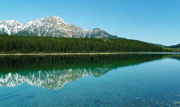 Podróże: na skraju raju czyli Kolumbia Brytyjska, ameryka północna, podróże, Kanadyjska pocztówka: świerkowe lasy i jeziora, w których przeglądają się skaliste szczyty.