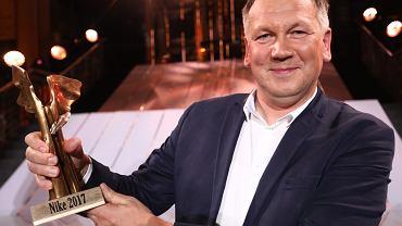 Gala nagrody literackiej Nike 2017: Cezary Łazarewicz ze statuetką dłuta Gustawa Zemły