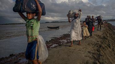 Muzułmańscy uciekinierzy Rohingya przekraczający granicę z Bangladeszem.